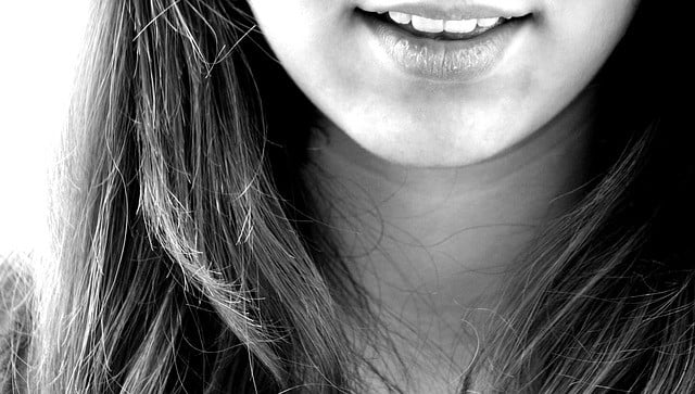 Black and white picture of a lady's chin